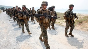 """U.S. Marines participate in an amphibious assault exercise as part of the """"Cobra Gold 2013"""" (CG13) joint military exercise at a military base in Chonburi province, east of Bangkok, February 14, 2013. About 13,000 soldiers from seven countries, Thailand, U.S., Singapore, Indonesia, Japan, South Korea and Malaysia are participating in the 11-day military exercise.   REUTERS/Chaiwat Subprasom (THAILAND - Tags: MILITARY POLITICS) - RTR3DRN8"""