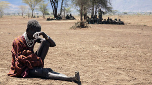 A Karamojong woman rests in the open during an operation dubbed 'cordon and search' by the Ugandan army in Looyakaromwae village, 25 km from Moroto, in eastern Uganda, March 29, 2007, to secure weapons and ammunitions in wrong hands. REUTERS/Euan Denholm (UGANDA) - RTR1O2DT